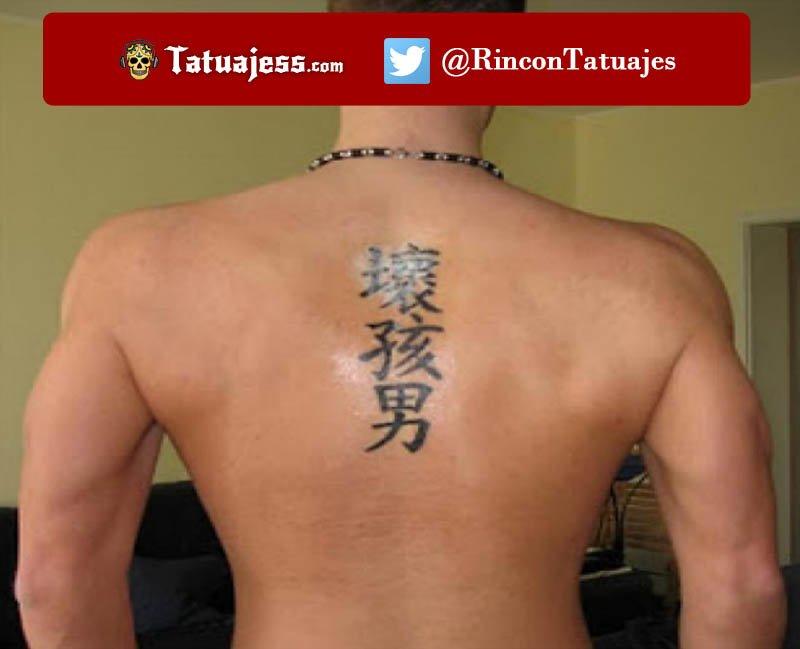 Tatuaje de nombre chino en la espalda