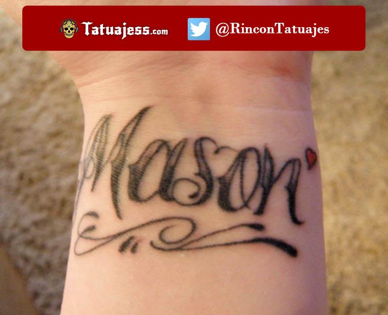 Tatuaje de nombre en la muñeca (Mason)
