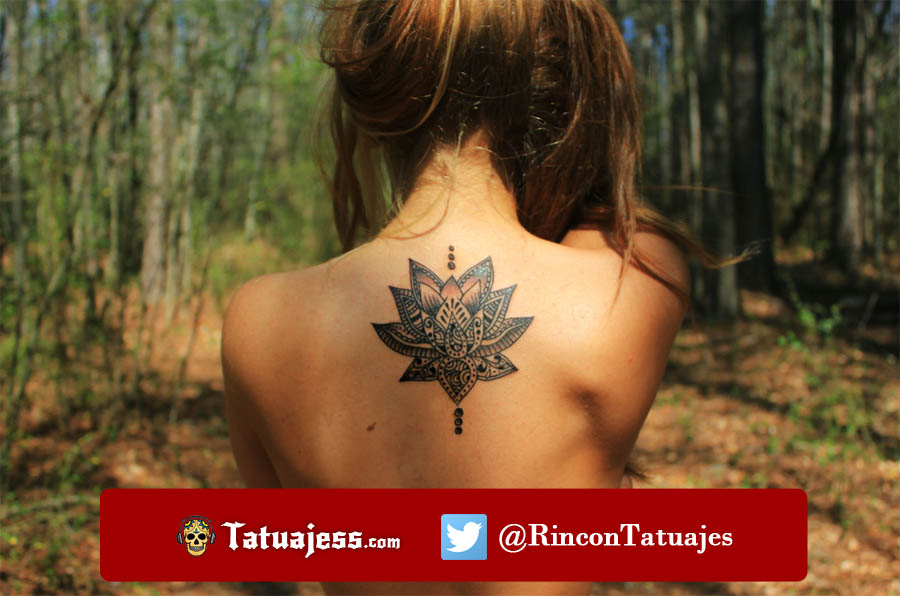 Tatuaje de una flor en la espalda
