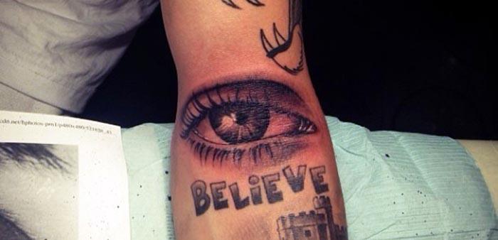 Tatuaje de Justin Bieber - OJO
