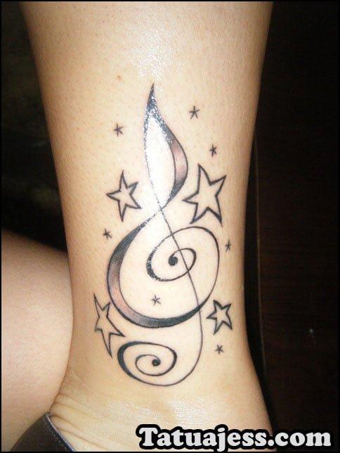 Fotografías de tatuajes de notas musicales en blanco y negro
