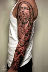 Jesus tatuaje en todo el brazo