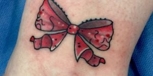 tatuaje lazo rojo