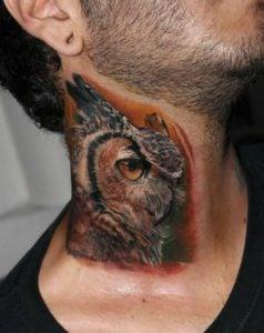 tatuaje de buho en el cuello
