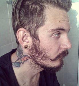 tatuaje de colibri en el cuello