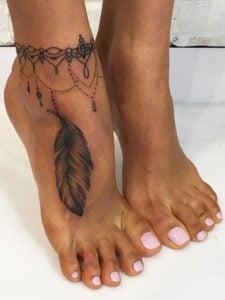 tatuaje de plumas pie mujer
