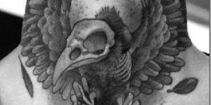 tatuaje esqueleto en garganta