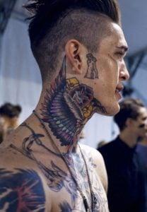 tatuajes alas en el cuello